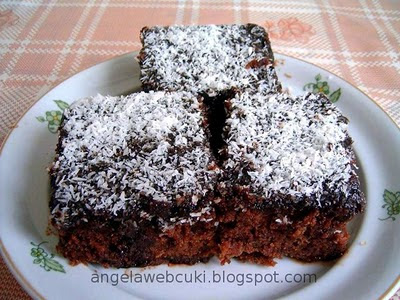 Csokoládés szelet, kevert tésztás sütemény, kakaós tésztával, kávés mázzal bevonva, kókuszreszelékkel megszórva.
