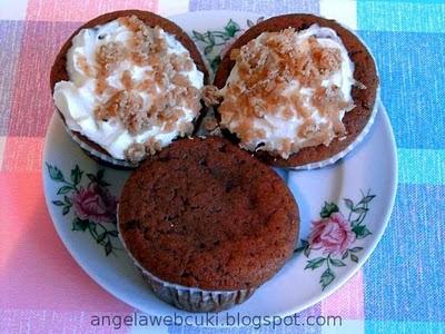 Gesztenyés muffin, tejtermék mentes sütemény, csokis baracklekváros gesztenyés tésztával, meggyel töltve, tejszínhabbal és reszelt gesztenyemasszával a tetején.
