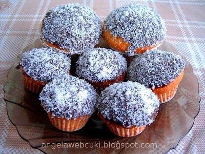Kókuszos poharas muffin, citromos kókuszos ízesítésű, olvasztott étcsokoládéval bevont, kókuszreszelékkel megszórt sütemény.
