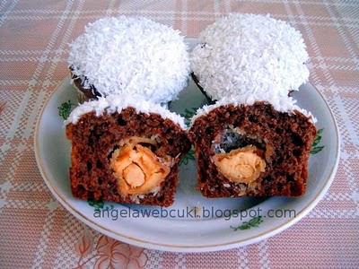 Raffaellos muffin, kakaós fahéjas joghurtos tésztából, Raffaello vagy hasonló bon-bonnal töltve, tojásfehérje mázba és kókuszreszelékbe mártva.