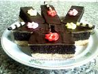 Mákos marcipános sütemény, vékony marcipán réteggel és csokoládémázzal a tetején.