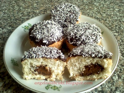 Bounty muffin 2 recept, kókuszos sütemény, tejcsokoládéval és kókuszreszelékkel a tetején.