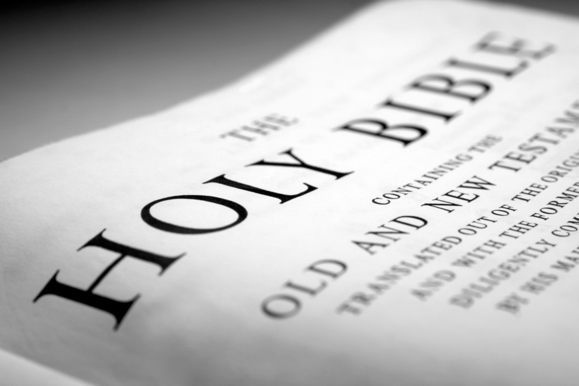 http://3.bp.blogspot.com/_lSzg157DDIs/TLBZRclOkFI/AAAAAAAAABE/cPRjRn36bes/s1600/the-holy-bible-close-up.jpg