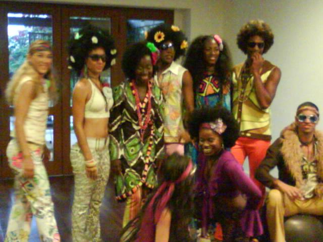 bailarinos de DANIELA MERCURY, caracterizados  dos anos 70, para carnaval 2009
