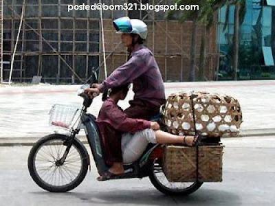 Romantik Ke Naik Motosikal Macam Ni?