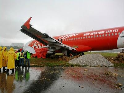 Gambar Kapal Terbang Air Asia Yang Mengalami Kemalangan Kecil Sewaktu Mendarat Di LTAK