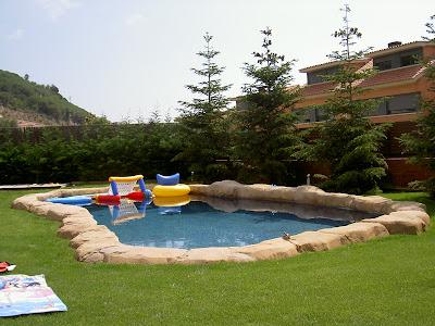 Tematic world roca artificial en piscinas for Piscina sant andreu