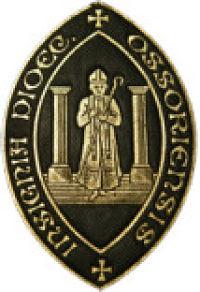 Bispedømmet Ossorys våpen viser St. Kieran mellom to søyler