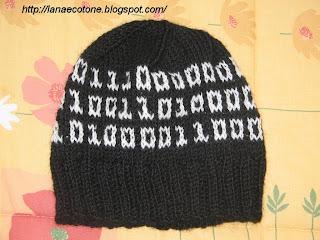 Cotone (maglia e uncinetto): Cappello ai ferri con codice binario