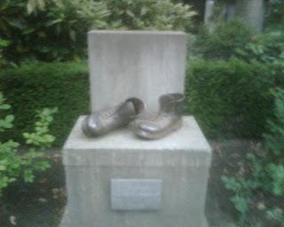 Beeld van de wandelschoenen, vlakbij de sporthal