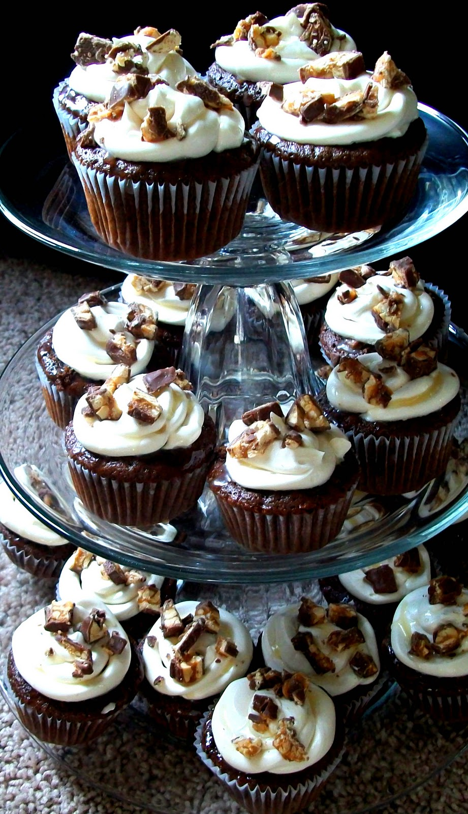 The Farm Girl Recipes: Snickers Cupcakes