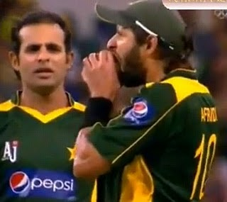 Shahid Afridi Eats The Cricket Ball - Funny Picture