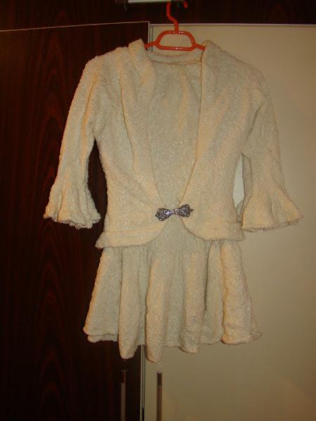 Costum tricotat, fusta si taior, cu inchizatoare foarte frumoasa,argintie.Marime S-M. PRET 55 RON