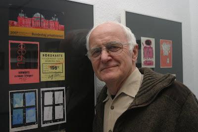 """Friedrich Stachat vor Neujahrsgrüßen von Gerhard Trost aus Frankfurt/Oder. Oben """"Bundestag privatisieren!"""" von 2007"""
