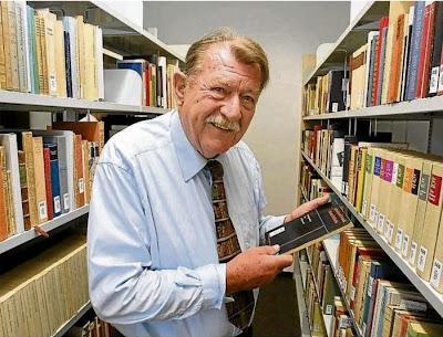 Salzmann inmitten seiner Bibliothek, Foto: DPA