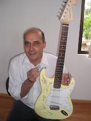 ele com a Guitarra e palheta