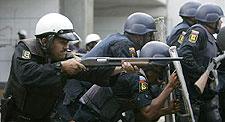 Bestias del chavismo disparándole a los estudiantes