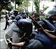 Esbirros chavistas impidiendo manifestación pacífica de estudiantes.