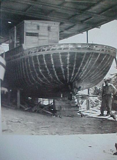 Barco camaronero contruido por obreros eldoradenses