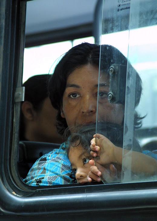 Cara triste asomándose por la ventanilla de un camión