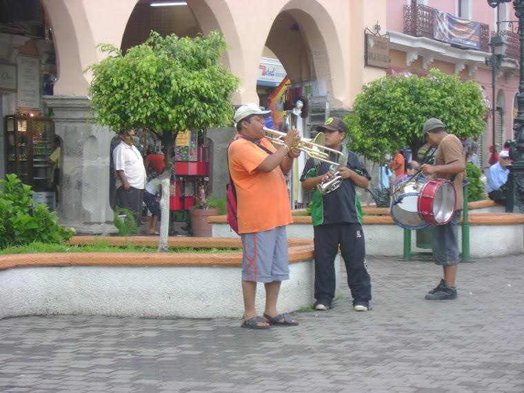 Músicos callejeros en la plazuela de Tepic, Nayarit