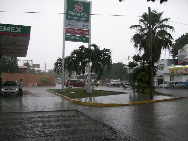 Tarde lluviosa en la gasolinera de la Colonia Gabirel Leyva