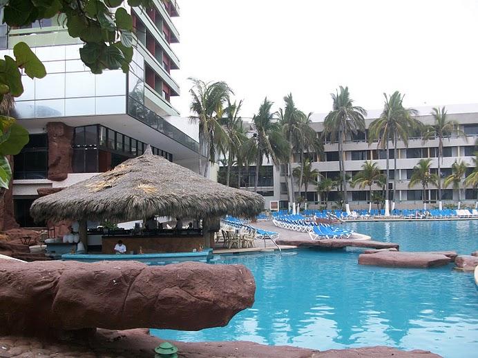 Área de albercas en el Hotel el CId