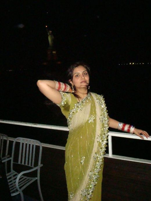 http://3.bp.blogspot.com/_mCQCUdBDa_U/S9J7lX_xAoI/AAAAAAAAH8E/0dqddgmXO90/s1600/aunty-saree-6.jpg