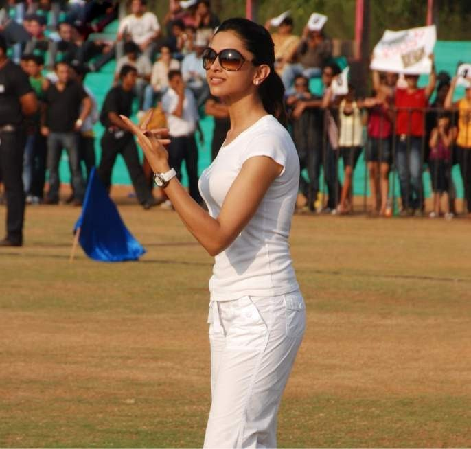 deepika padukone in cricket match played role in houseful movie hot photoshoot