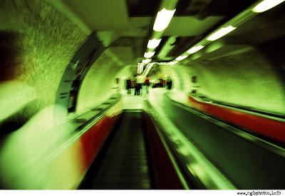 Fotografia all'interno della metropolitana di Roma. Post process con photoshop, a riprodurre l'effetto X-Process. Macchina fotografica Nicon FM3A, ottica Vivitar Serie 1 28-105 f:2.8