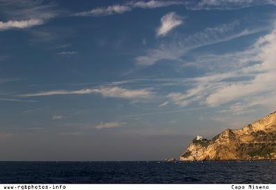 Fotografia del faro di Capo Miseno all'alba