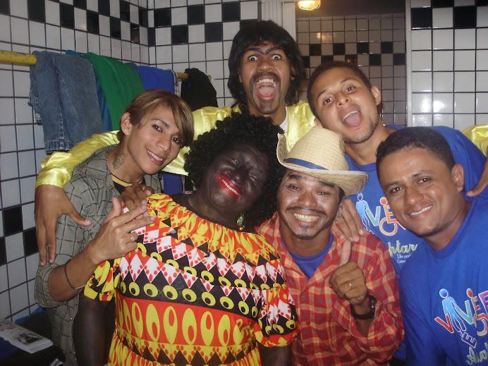 Costa Filho e colegas no camarim do Alcione