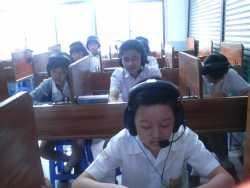 SMP Daya Susila sedang belajar di Laboratorium Audio Visual Bahasa