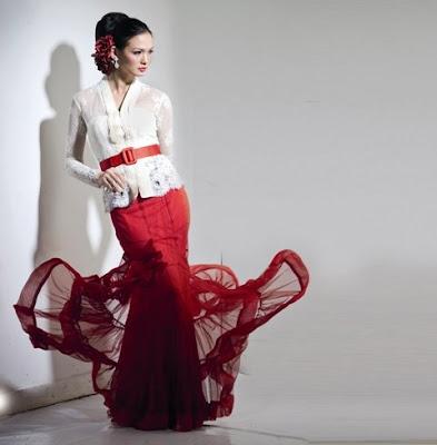 busana dari rona pearl white ini diinspirasikan dari gaun klasik barat