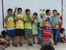 Más niños recibiendo su regalo de la Rayuela Navideña