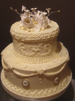 Here are two elegant wedding cakes that I think you will all enjoy