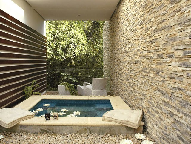 Casas minimalistas y modernas patio con piscina for Decoracion patio con piscina