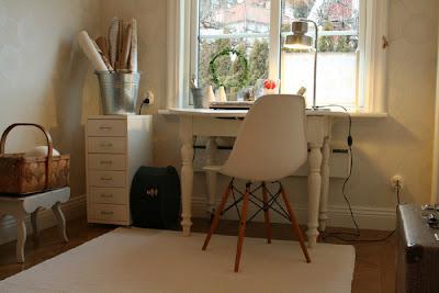 Mesa antigua con sillas modernas