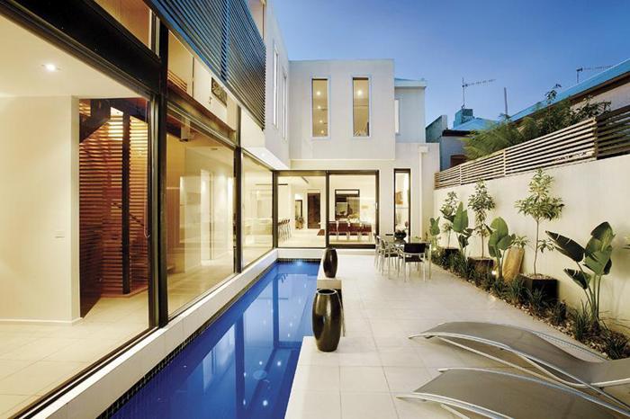 Casas minimalistas y modernas piscinas en patios ii for Patios modernos con piscina