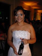 Fabi em seu casamento com mini vinho de 355 ml
