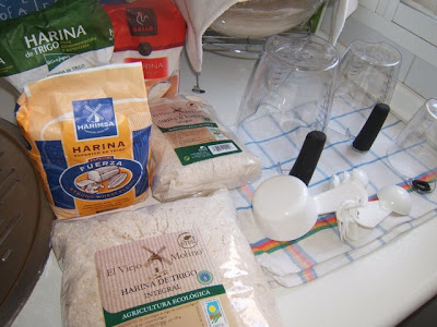 Harinas y utensilios para hacer pan / Farines et ustensiles pour faire du pain
