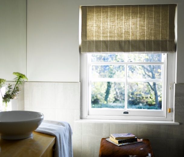 Choose the right window blind for your bathroom china for Bathroom window treatments
