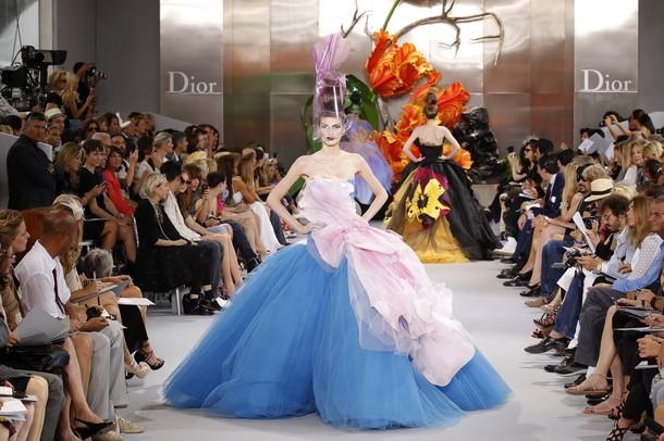 http://3.bp.blogspot.com/_mVuGkucFHBU/TSsYElQJ8lI/AAAAAAAADGs/0w50uIsLTD4/s1600/model+British+designer+John+Galliano+for+Christian+Dior+Fall-Winter+2010+2011+Haute+Couture+collection+show+in+Paris+18.jpg