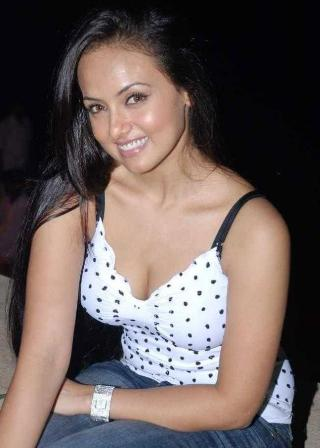 sana-khan-hot-stills-photos2.jpg (320×448)