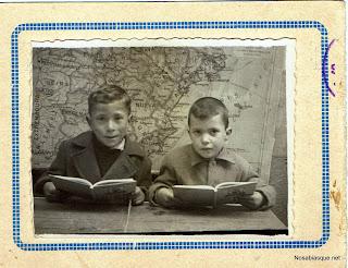 Dos niños de Candelario Salamanca en la foto de escuela 1949-50