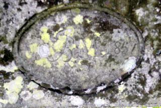 Dintel de una puerta en las ruinas de la fábrica de papel de fumar El barquillo en Candelario salamanca donde se hacía la marca El indio Rosa