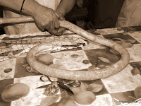 Candelario Salamanca embutiendo chorizos
