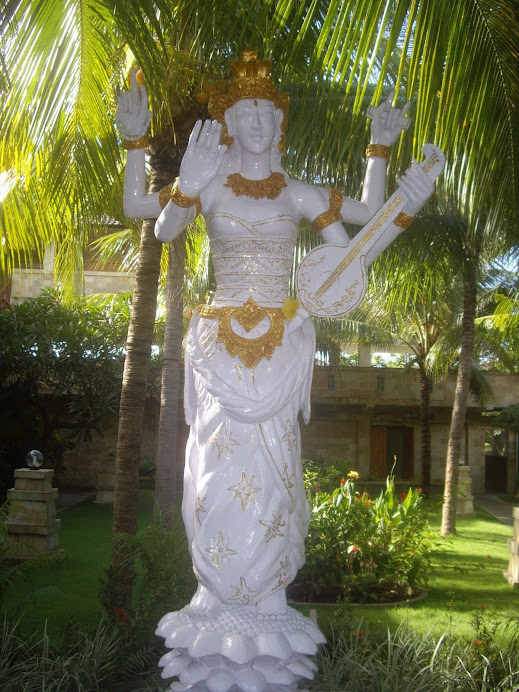 BEAUTIFUL ANGEL FIGURE STANDING IN HOLY WHITE AND GOLD