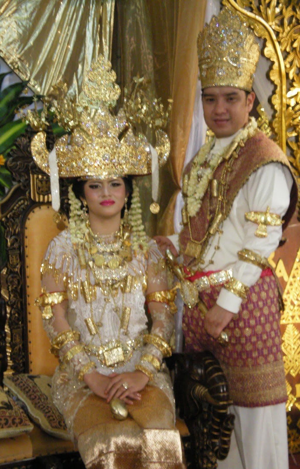 Traditional Indonesian Wedding Makeup : Makeup and Hairdo for Indonesian Weddings Traditional ...