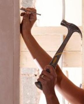 dinding retak, memasang pigura, paku, palu, tukang bangunan